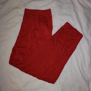 Röda kostymbyxor! ❤️  Aldrig använda! (skrynkliga på bilden tyvärr) Frakt 40 kr! 🚛
