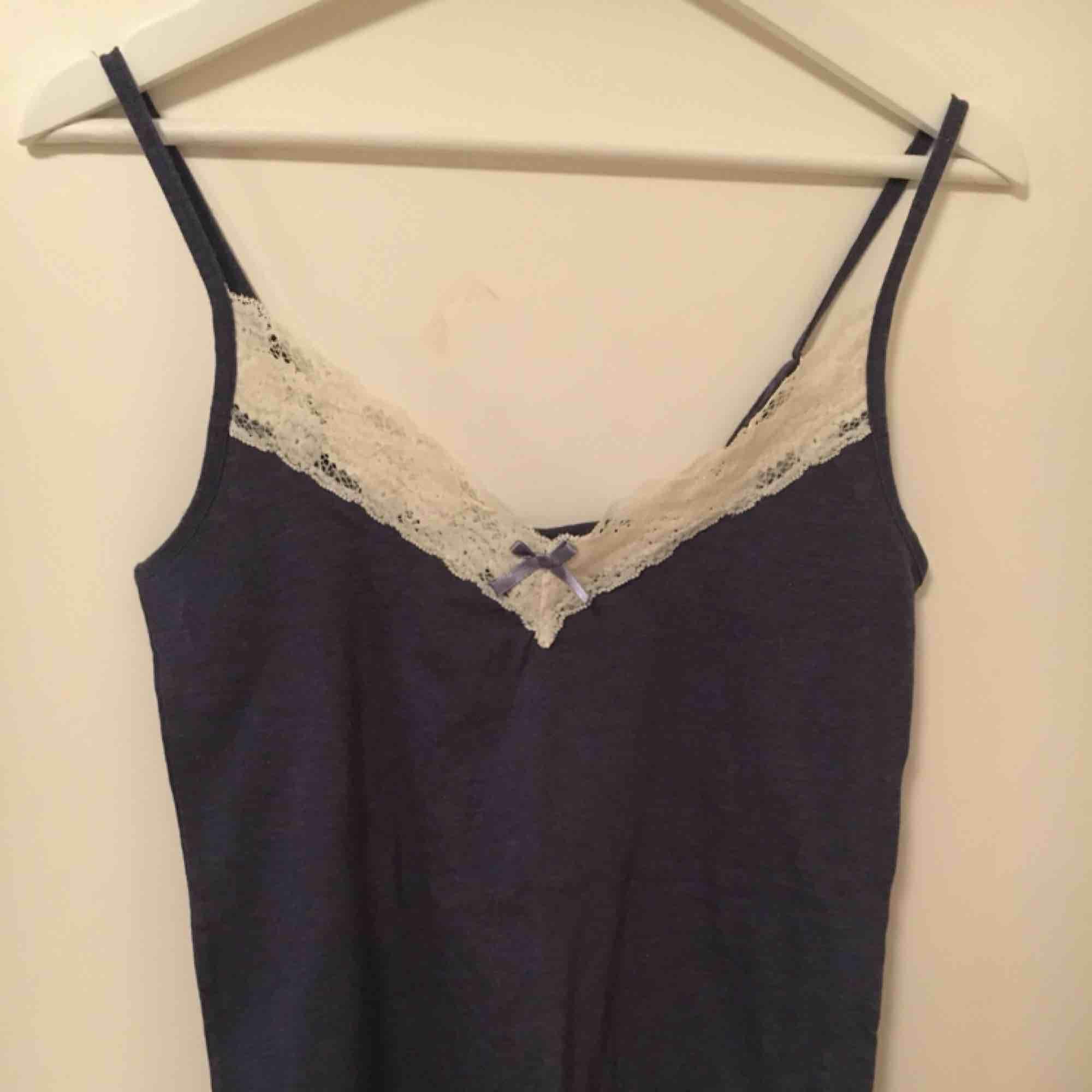 Mörkblått linne med spets  Strl M 65kr. Toppar.