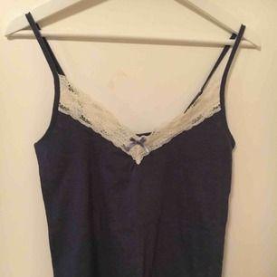 Mörkblått linne med spets  Strl M 65kr
