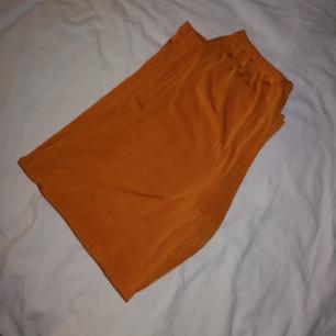 Tuffa orangea utsvängda byxor som jag aldrig har använt! 💃🏼 Jättefina men inte min stil längre! Frakt 30kr! 🚛