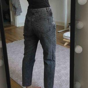 Donna Black Noise Jeans. W: 29 L: 32. Köpta i nov 2018 på Weekday, nypris ca 500-600 kr. Mom jeans-fit. Fint skick, använda i ca 1 mån. Kan mötas i Malmö, annars tillkommer frakt.