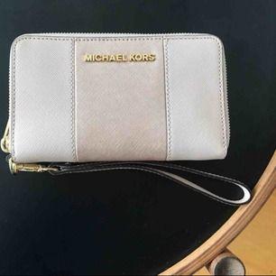 Michael Kors plånbok i lätt puderrosa toner. Plånboken är i nyskick och knappt använd.  * Ca 15 cm bred Nypris: 1700kr
