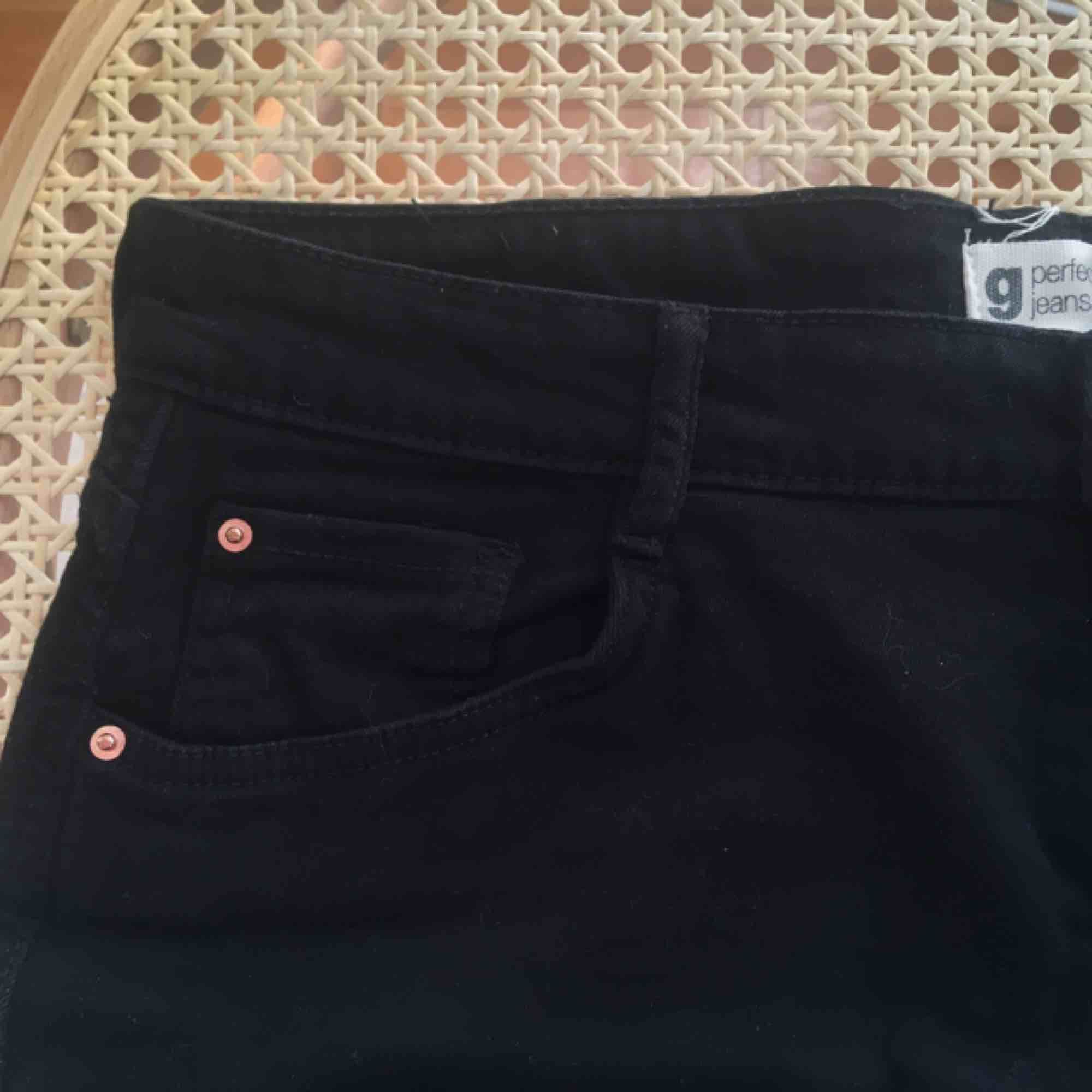 supersnygg strechig jeanskjol:)) kan mötas upp på söder annars tillkommer frakt<33. Kjolar.