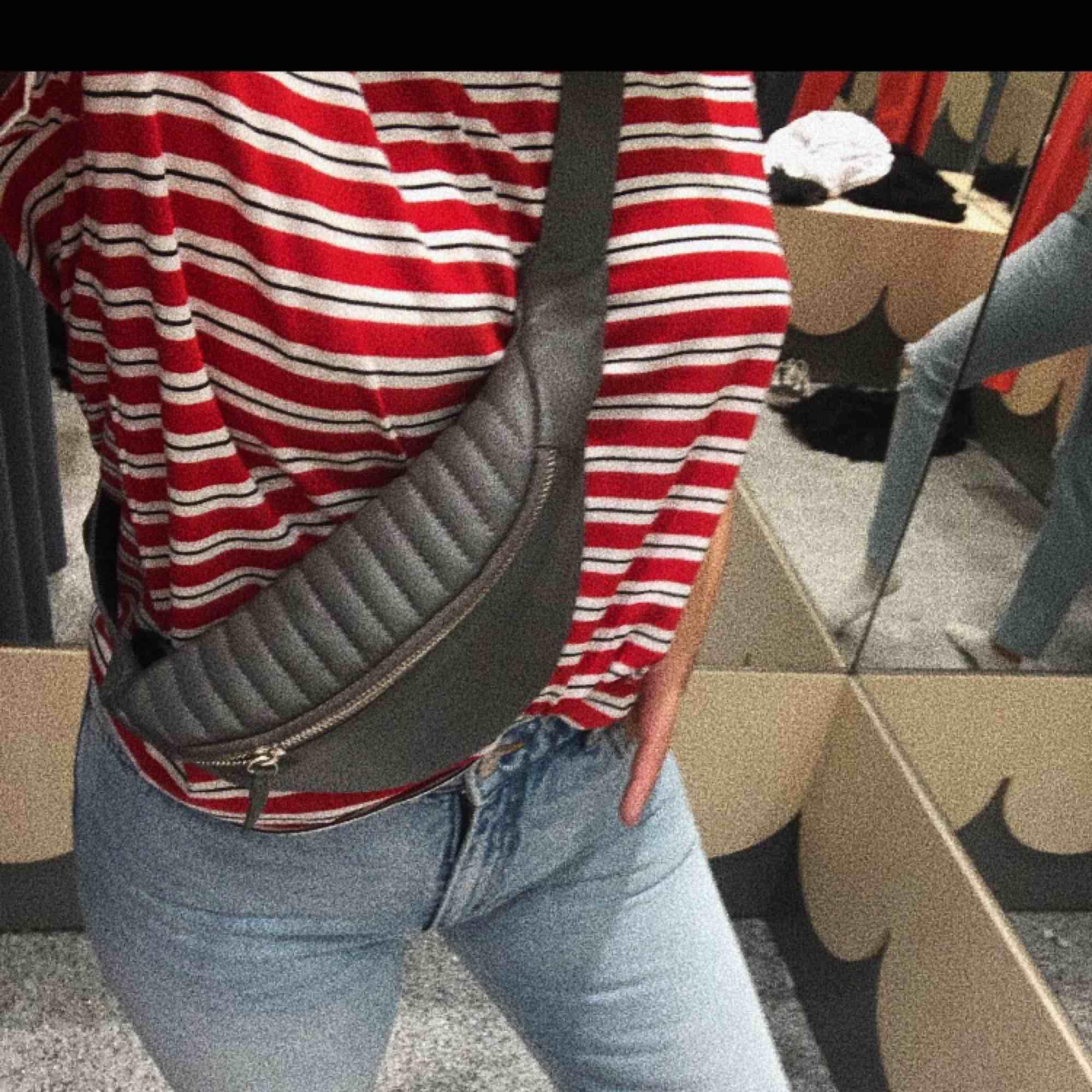 Såååå snygg o aningen annorlunda beltbag! I grå läderimitation! Nypris runt 700 och köpt i en dansk liten butik Frakt: 55kr . Väskor.