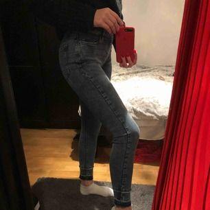 Jättesköna jeans med coola detaljer nedtill! Frakten kostar 59kr men kan även mötas upp i Uppsala C