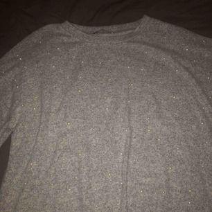 Jättefin grå tröja med pärlor på🌟 Köpt på Zara och är i storlek S. Använd endast en gång så inga skavanker eller sådant. Frakt betalar köparen:)