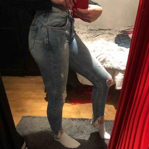 Jeans med slitningar. Frakten är på 59kr men kan mötas upp i Uppsala C