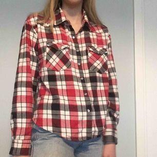 deeen skönaste flanellskjortan:)) passar olika storlekar beroende på hur löst man vill att den ska sitta. kan mötas upp på söder annars tillkommer frakt<33