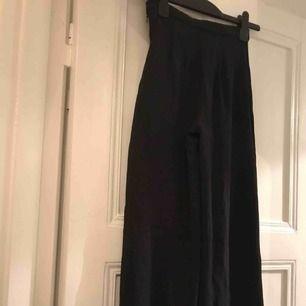 Långa svarta byxor, vida nedtill. H&M Trend