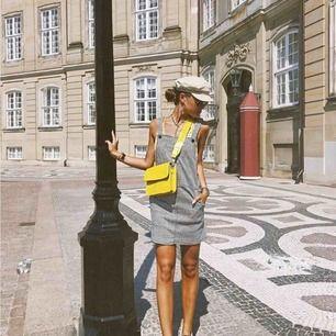 Assååå världens snyggaste väska!!!! Från hvisk! Så cool detalj till outfiten. I totalt nyskick så skynda fyyynda!  Frakt:50kr