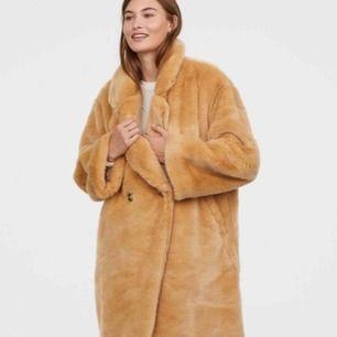 Säljer min kappa från hm trend. Helt oanvänd  Nypris 999  Köparen betalar ev frakt