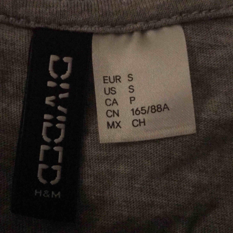 Köpt från HM för inte så länge sen, har använt den 2ggr så den är som ny. Köpte den för ca 100kr. Ge bud🌸. T-shirts.