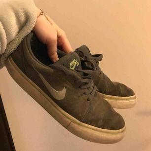 Väääldigt använda Nike SB skor i storlek 36,5. Fortfarande jätte bekväma men behöver nog en tvätt, billigt pris.