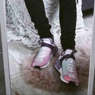 Adidas NMD human race Holi Pink glow. Använda men i väldigt bra skick. Skickas spårbart mot frakt eller hämtas. Såldes på plugmeplease för 3500kr