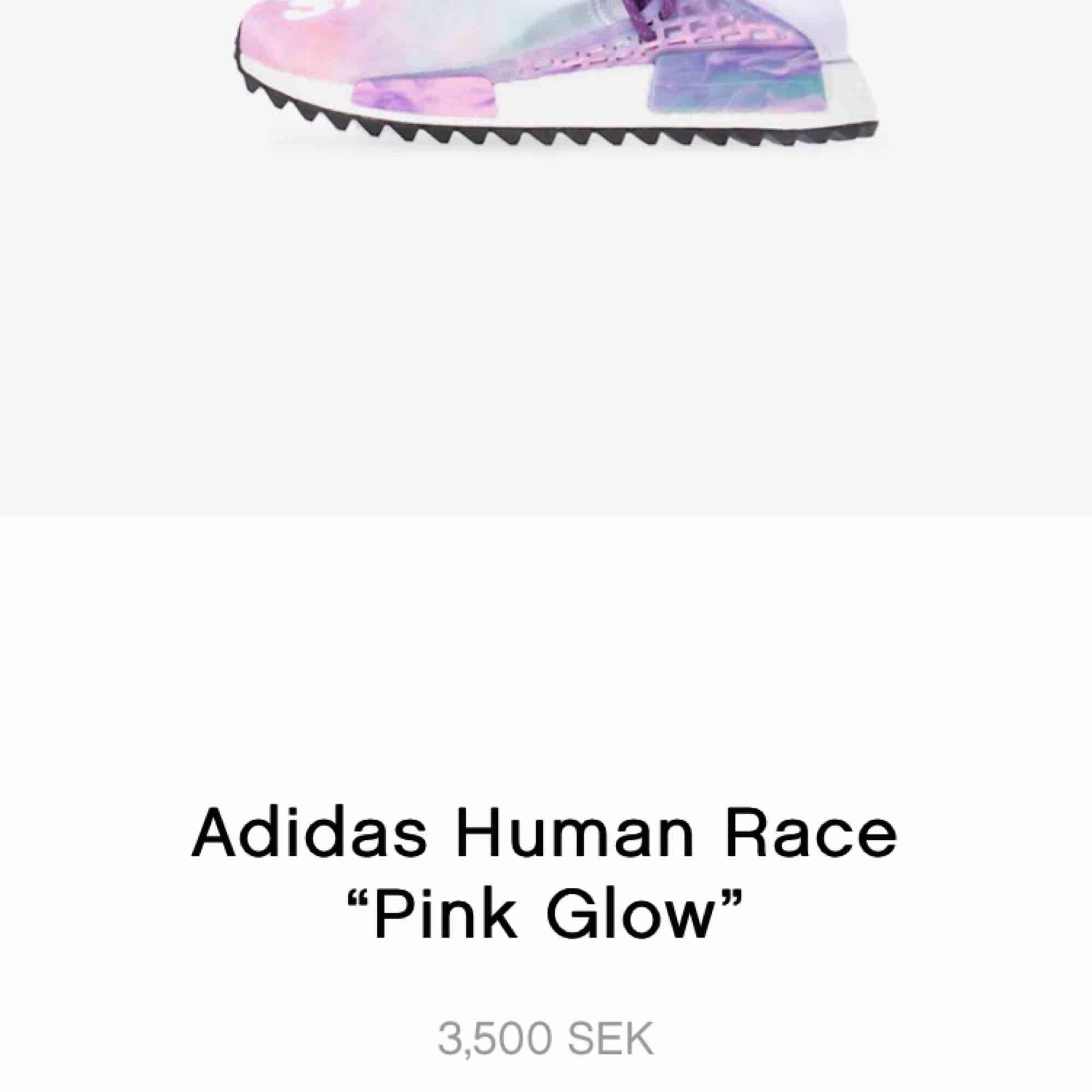 Adidas NMD human race Holi Pink glow. Använda men i väldigt bra skick. Skickas spårbart mot frakt eller hämtas. Såldes på plugmeplease för 3500kr. Skor.