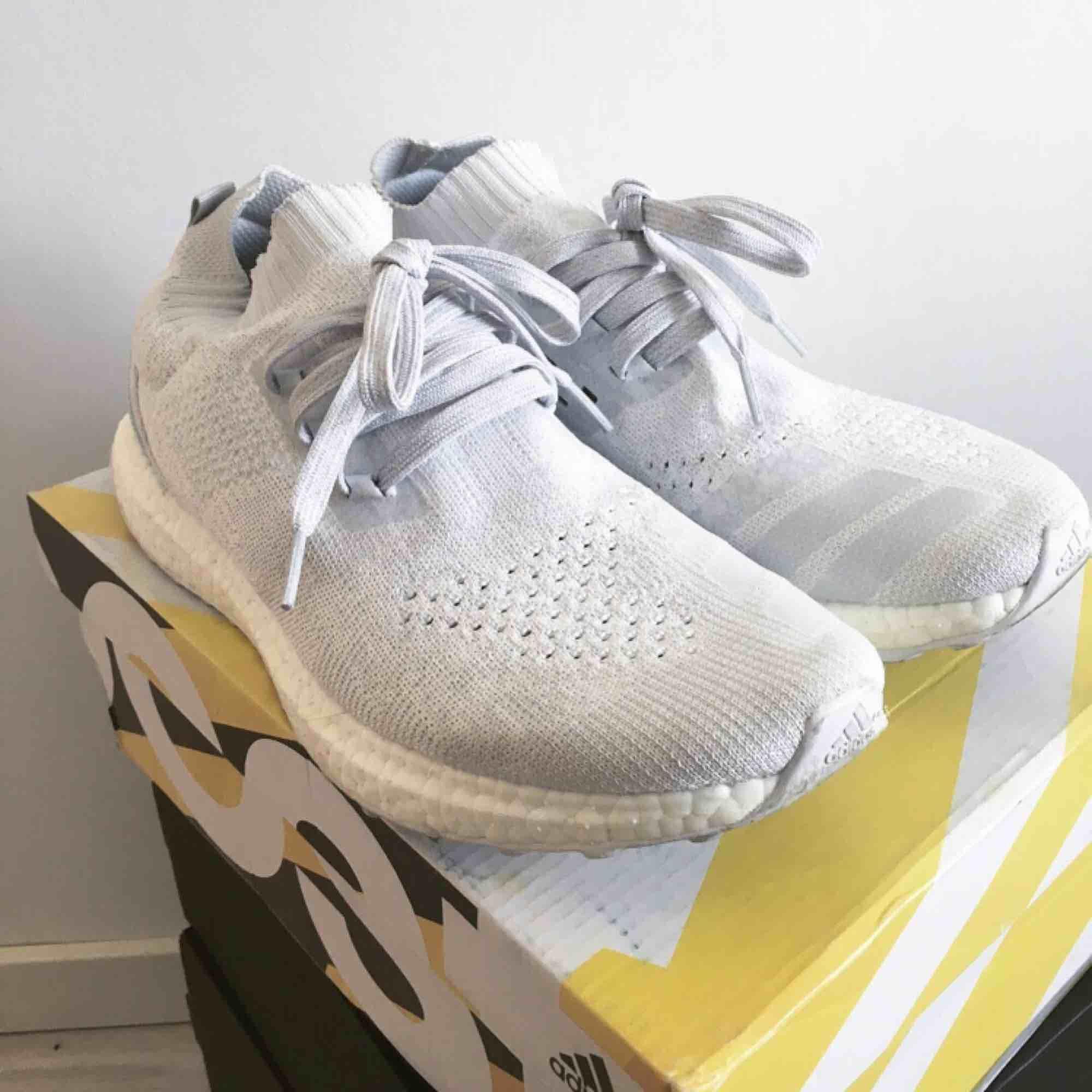Adidas Ultraboost parley. Använda men i bra skick. Skickas spårbart mot frakt eller hämtas. Är inte omöjlig om priset. Skor.