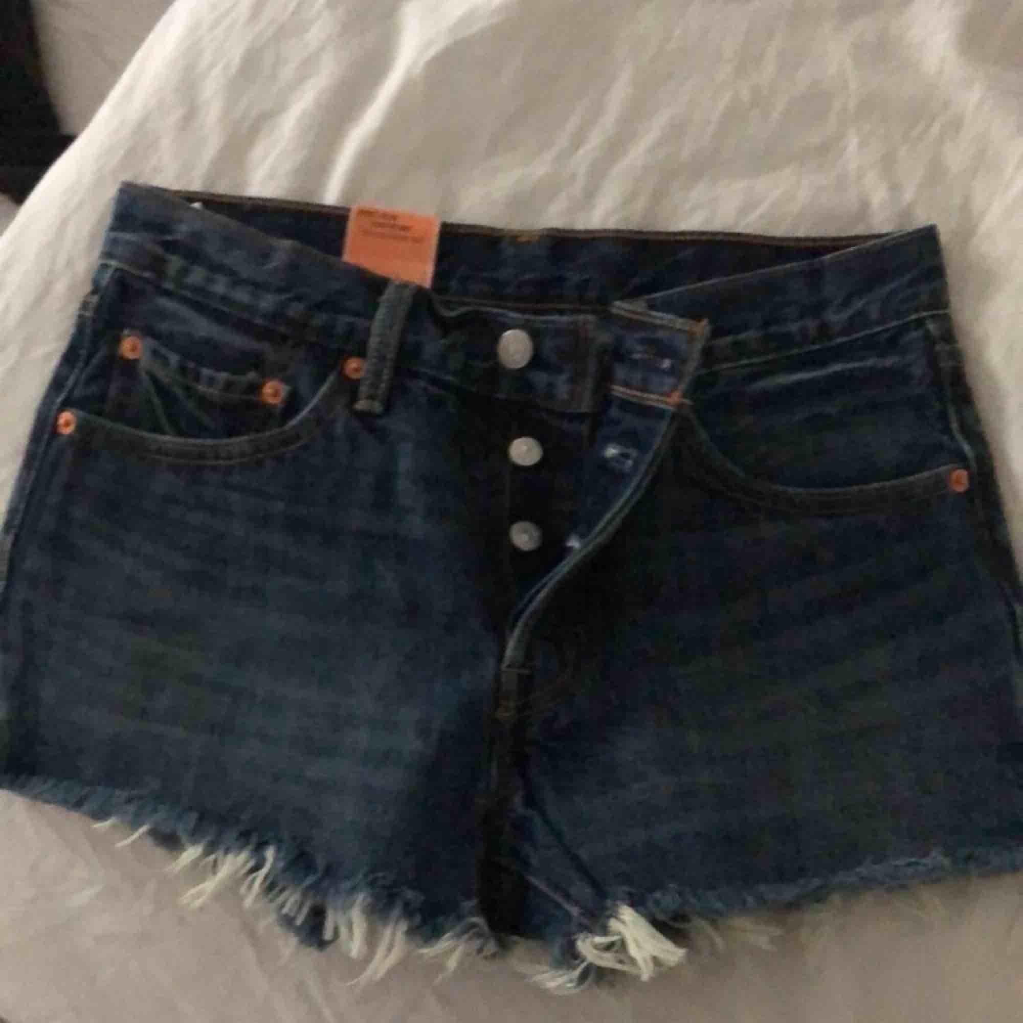 Helt oanvända Levis shorts. . Shorts.