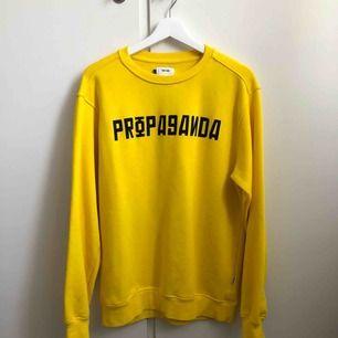 Jättesnygg tröja som tyvärr inte kommer till användning. Använd 2 gånger, tyvärr en liten fläck men inget man tänker på!😊