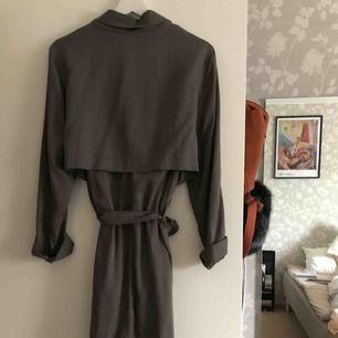 Grå/olivgrönish kappa från Åhléns, inte så använd pga inte min stil. Sitter superfint på lite oversized. Passar 38-44 skulle jag säga i strl och beroende på hur man vill den ska sitta 😊