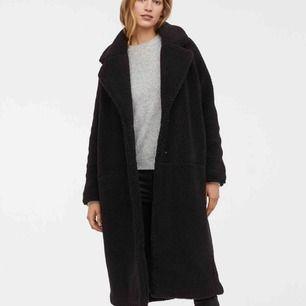 Helt ny pile kappa från h&m med lapparna kvar!  Måste tyvärr inse att denna fina kappan är för stor för mig, inköpt för 800:- och säljes nu för 600:-. Kan mötas upp i Göteborg!