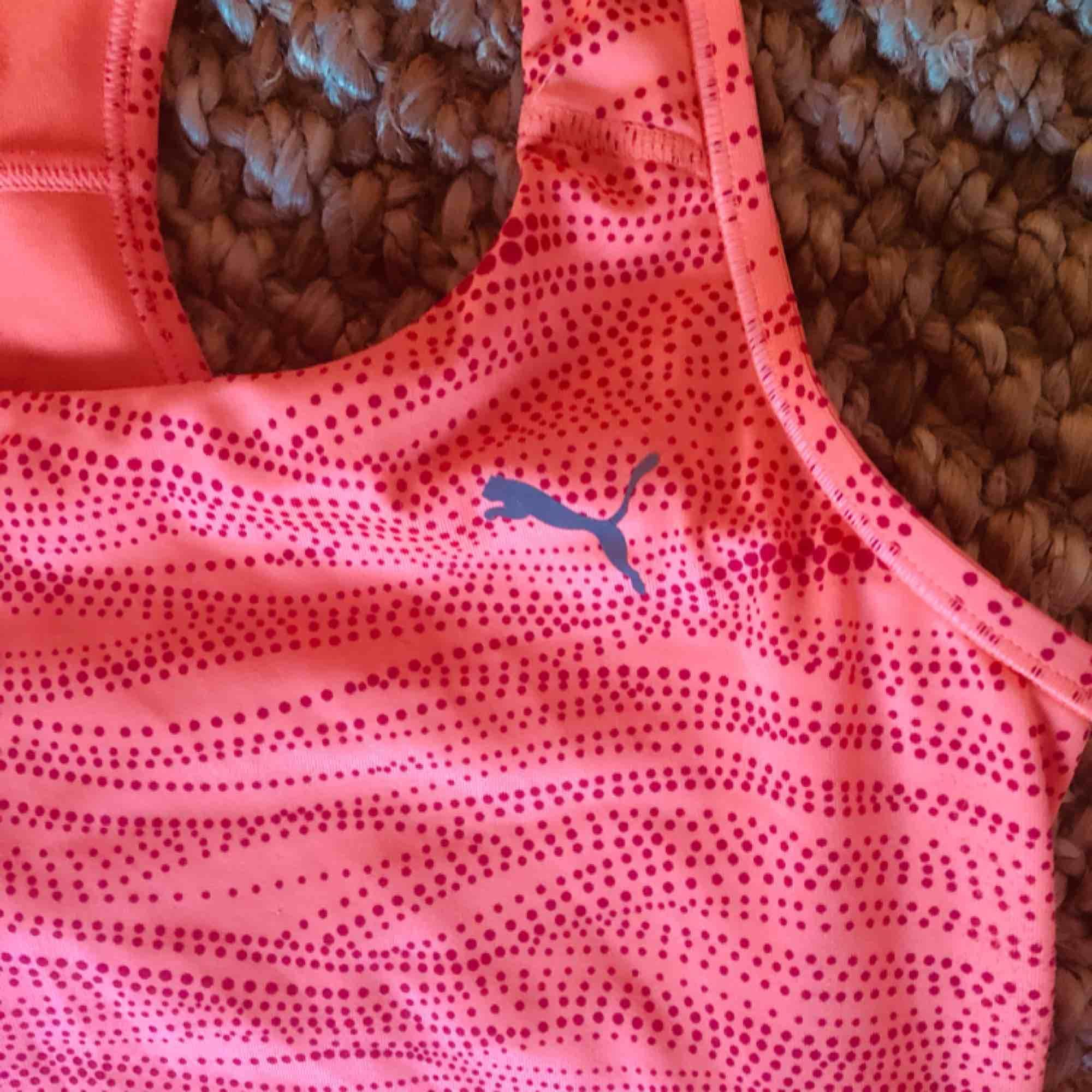 Träningslinne med inbyggd träningsbh, från puma. Toppskick! . Huvtröjor & Träningströjor.