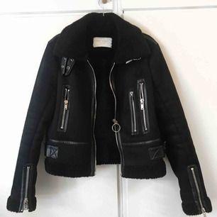 Favorit biker shearling jackan💔 Tjockfoder och leather detaljer. Höll mig varm hela vintern. Sparsamt använd. Strl S från Zara 🖤