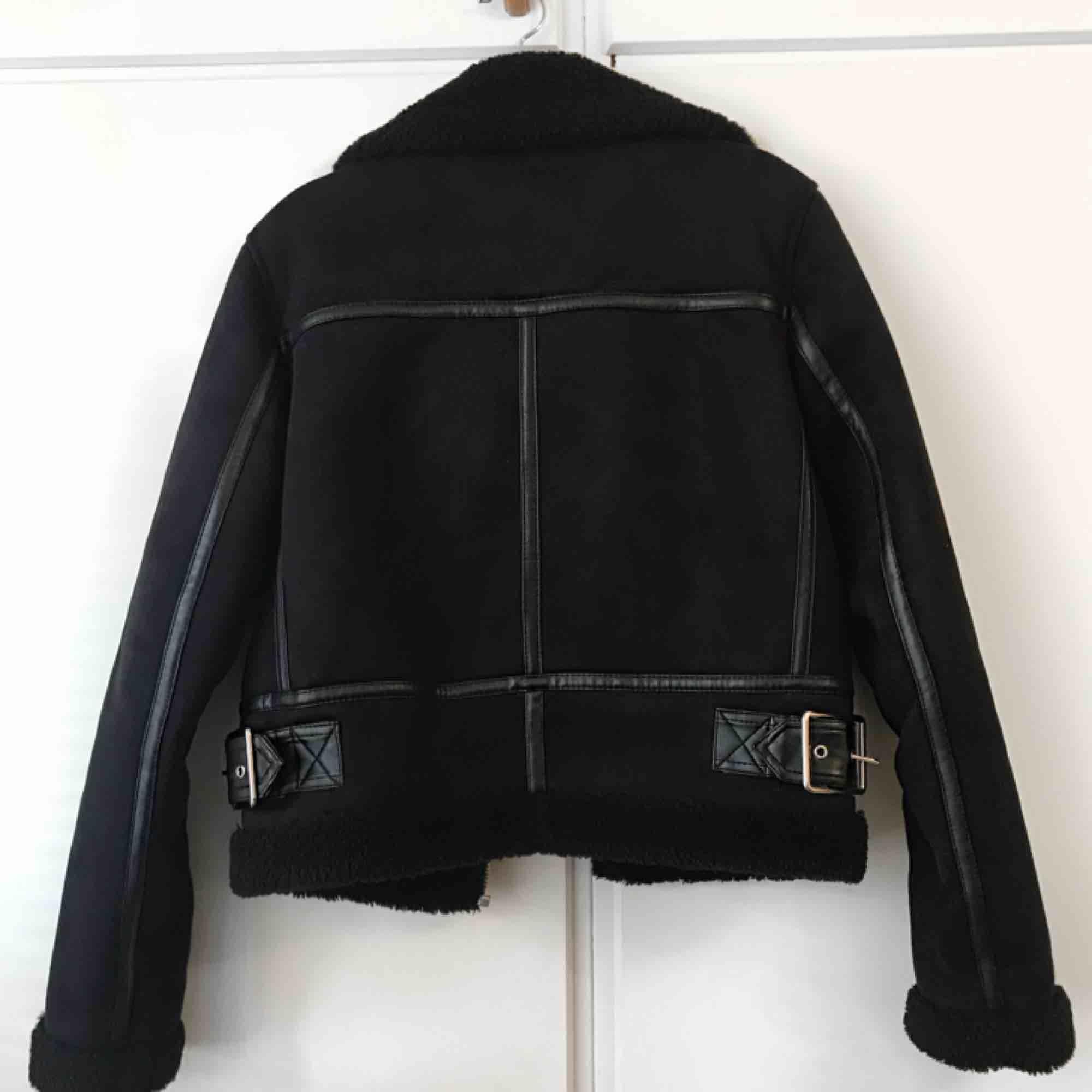 Favorit biker shearling jackan💔 Tjockfoder och leather detaljer. Höll mig varm hela vintern. Sparsamt använd. Strl S från Zara 🖤. Jackor.