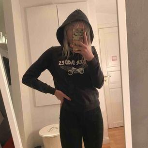 Svart/mörkgrå hoodie bra skick!