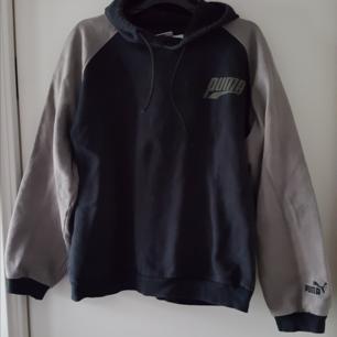 Vintage Puma hoodie. Svart med gråa ärmar, är lite mörkare grå än på bilderna. Kan skickas om köparen betalar frakten på 75kr.