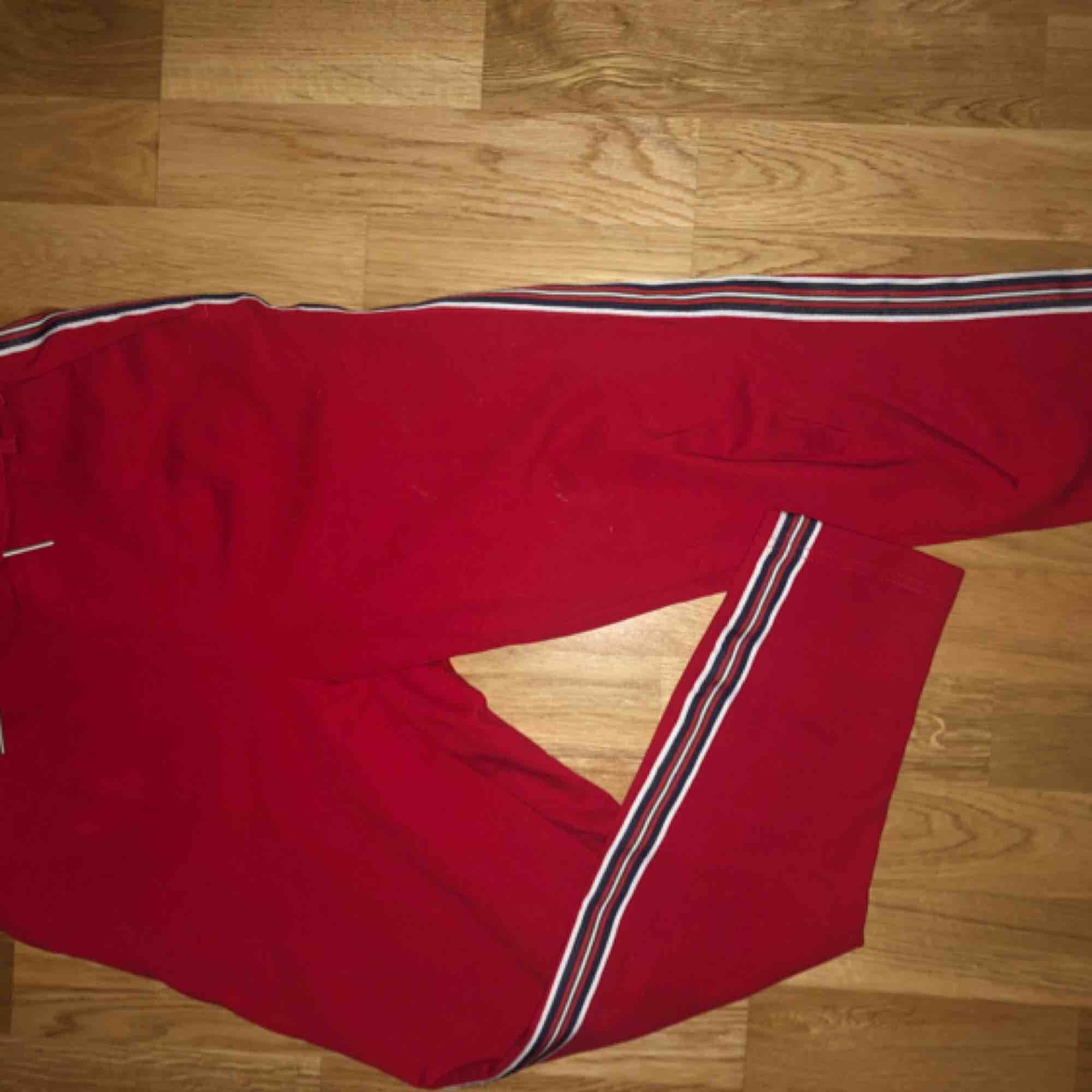As balla röda kostymbyxor med randig söm på benet från Only. Säljer pga att dom inte kommer till användning. Använda kanske 2/3 gånger så dom är i mycket gott skick☺️ Kan självklart skicka fler bilder på byxan till den som vill! Köparen står för frakt:). Jeans & Byxor.
