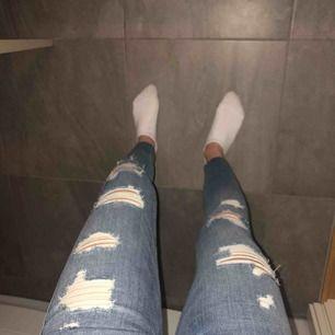Skit snygga jeans med hål från Hollister. As skönt material och stretchiga. Använda ca 4/5 gånger så dom är i bra skick:) säljer pga att dom är lite för korta för mig:( Köparen står för frakt! Skriv för mer bilder!