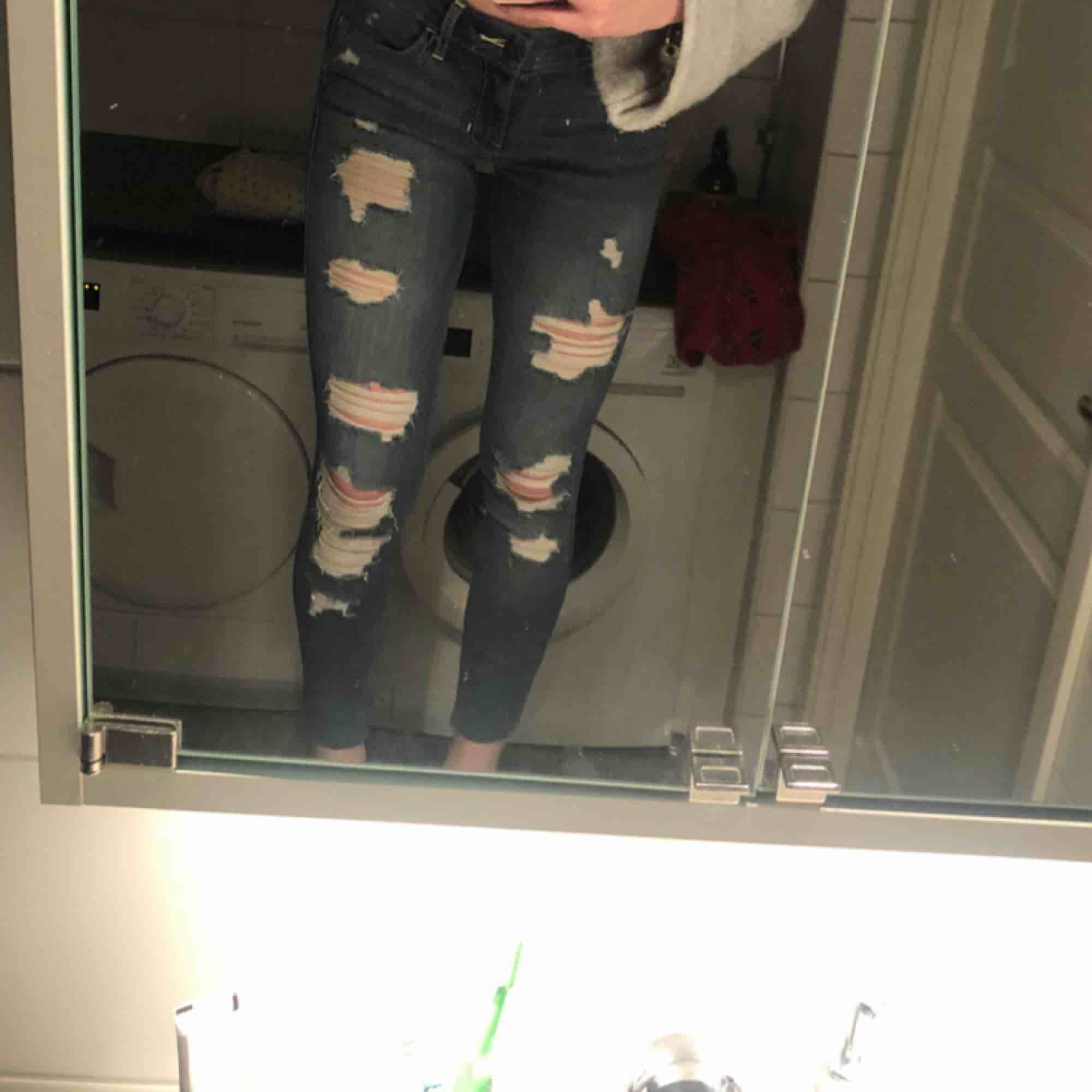 Skit snygga jeans med hål från Hollister. As skönt material och stretchiga. Använda ca 4/5 gånger så dom är i bra skick:) säljer pga att dom är lite för korta för mig:( Köparen står för frakt! Skriv för mer bilder!. Jeans & Byxor.