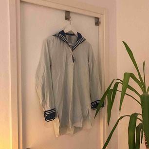 Sjömansskjorta köpt online för länge sen!! Perfekt nu när Håkan Hellström släppt ny musik ;))) Oversized men fortfarande snygg! Har lite fläckar på sig, men är inte så värst synliga.