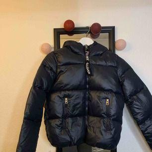 Säljer denna super fina puffer jacket. Aldrig använd pga för liten för mig. Den är i en lite kortare modell.  Pm för mer info och bilder.