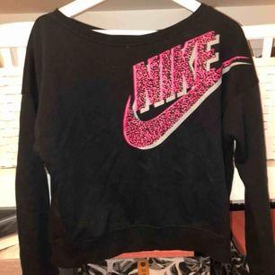 Tröja från Nike, ganska kort i modellen! Använd ca 5 gånger    Kan frakta eller mötas upp i Linköping. Köparen står för frakten. Betalning via swish, eller kontant om det finns möjlighet att mötas upp!