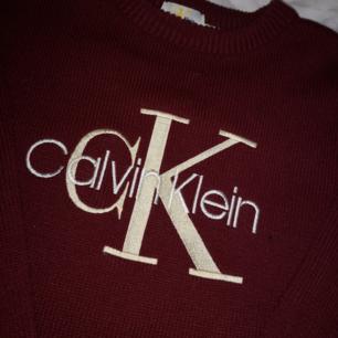 Vinröd långärmad stickad tröja från Calvin Klein! ❤️ Aldrig använd därav priset! Frakt 50kr! 🚛