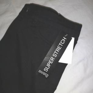 Stretchiga svarta byxor från H&M! Aldrig använda med lappen kvar! Det står 40 i dem men de är väldigt små i storleken så skulle hellre säga att de är 36! Tighta och högmidjade! ❤️ Frakt 30kr! ❤️