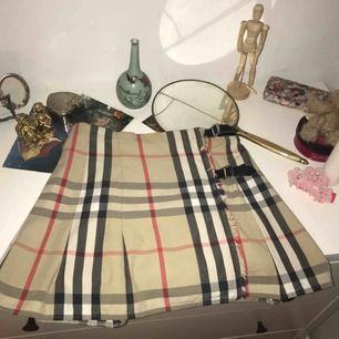 superfin Burberry kjol, egentligen i barnstorlek men passar small till medium! I relativt så bra skick också, möts upp i Stockholm! 💕
