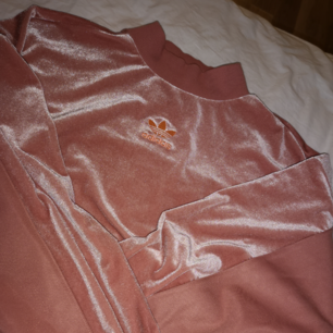 Brand new Adidas shirt that has never been used! 🌼 Pink with velvet! Purchased last spring for 700 SEK and since then just hung in the closet! Akt Shipping 50kr! 🚛 Can send more pictures!