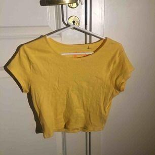 Jättefin ribbad gul croptop/t-shirt från Newyorker! Har inte använt den mycket alls så den är i bra skick! Frakt betalas av köpare ;)