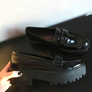 Loafers i nyskick, endast använda en gång. Storlek 40, storleken stämmer bra. Nypris 399, säljer för 250kr + frakt om dom behöver fraktas
