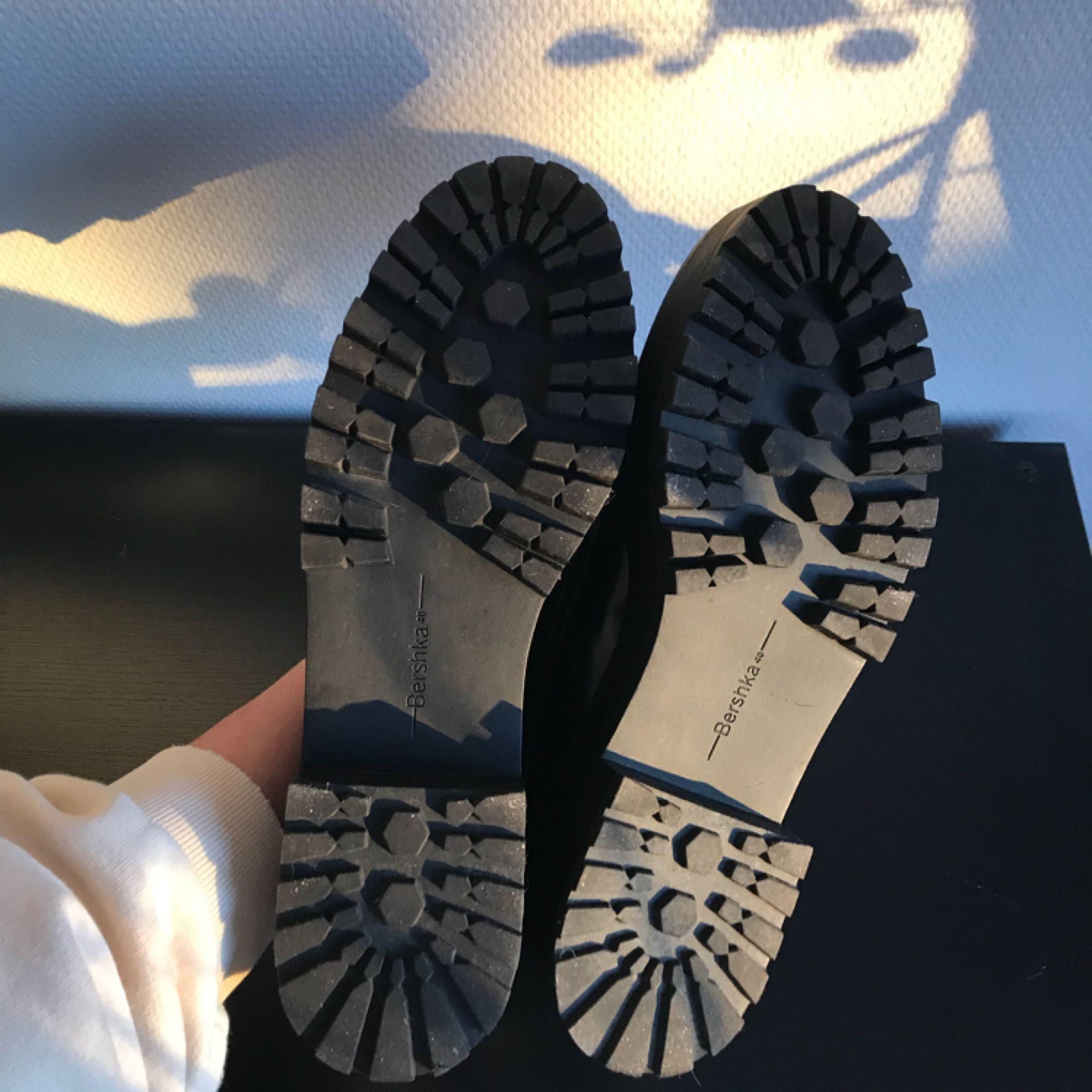 Loafers i nyskick, endast använda en gång. Storlek 40, storleken stämmer bra. Nypris 399, säljer för 250kr + frakt om dom behöver fraktas. Skor.