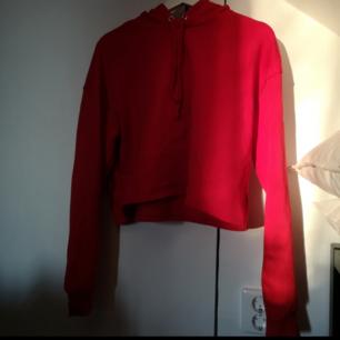Röd croppad hoodie som aldrig använts! 🌼 Frakt 50kr! 🚛