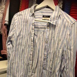 Linne-skjorta från Gina 🧘♀️ Så skön att ha antingen till fest eller en dag på stranden! ☀️ 90 inkl frakt! Fint skick. (Sorry för skrynklig, men orkade inte stryka om den ändå ska fraktas🙈)