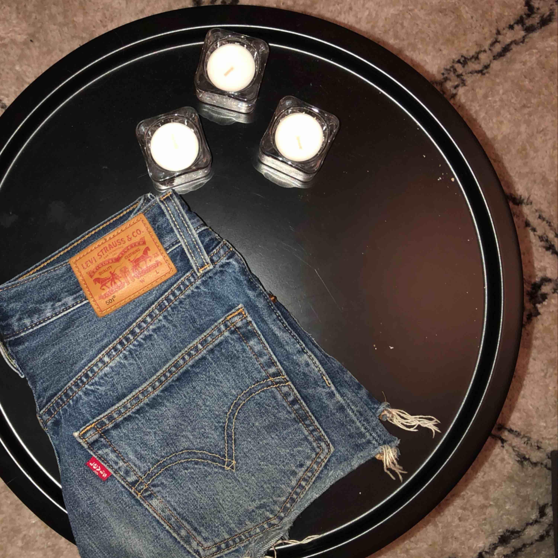 Ett par Levis 501 som har blivit alldeles för tajta tyvärr! Köpta för 500kr! Frakt kostar 40kr som du får betala👍🏼. Jeans & Byxor.