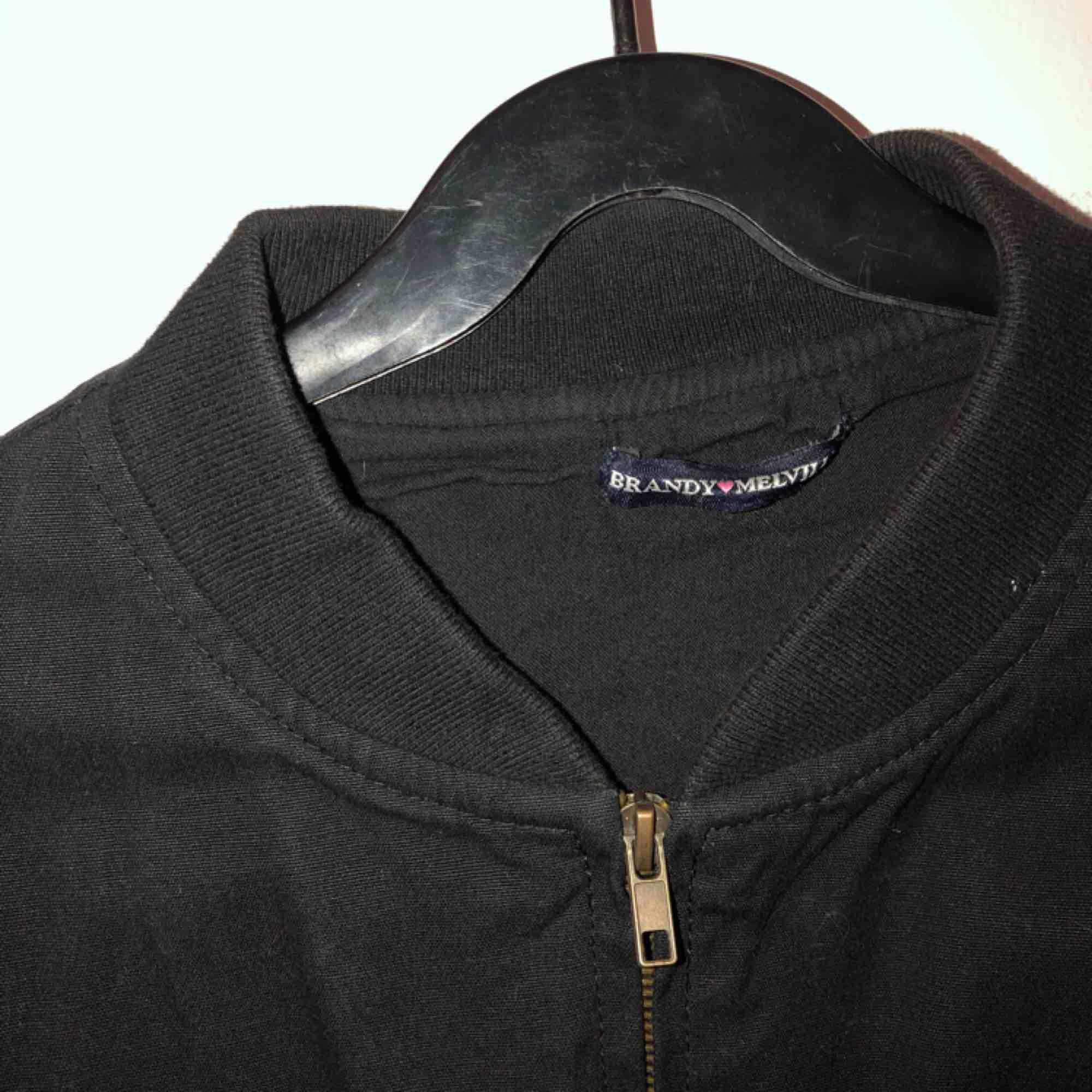 En svart bomberjacka från Brandy Melville i skönt tyg, knappt använd.. Jackor.