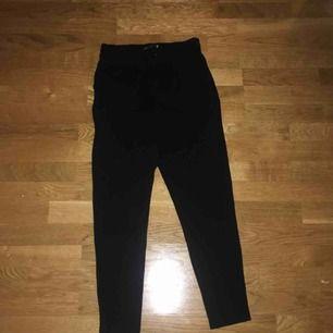 Säljer ett par så fina kostymbyxor från only i storleken xs och längden 32! Jag är ca 165 och för mig är byxorna som ni ser på bilden ganska så korta så ni vet det! Köpare betalar frakt! ☺️