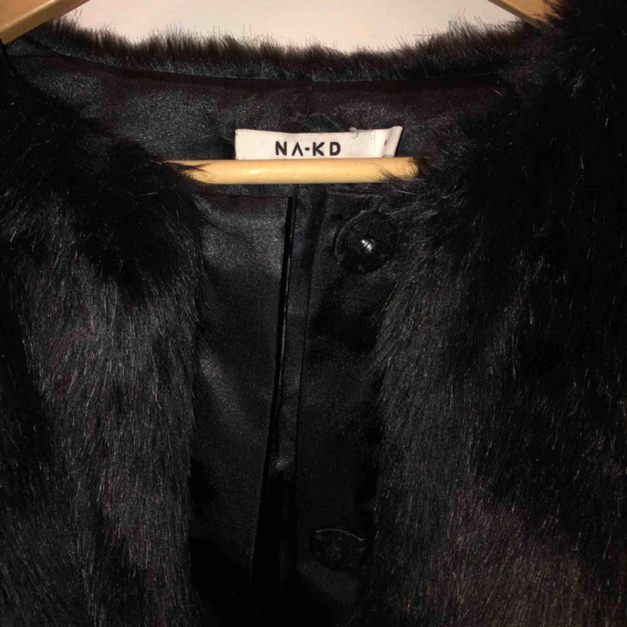 En jättemysig svart pälsjacka som jag använt några få gånger behöver ett nytt hem. Jackor.