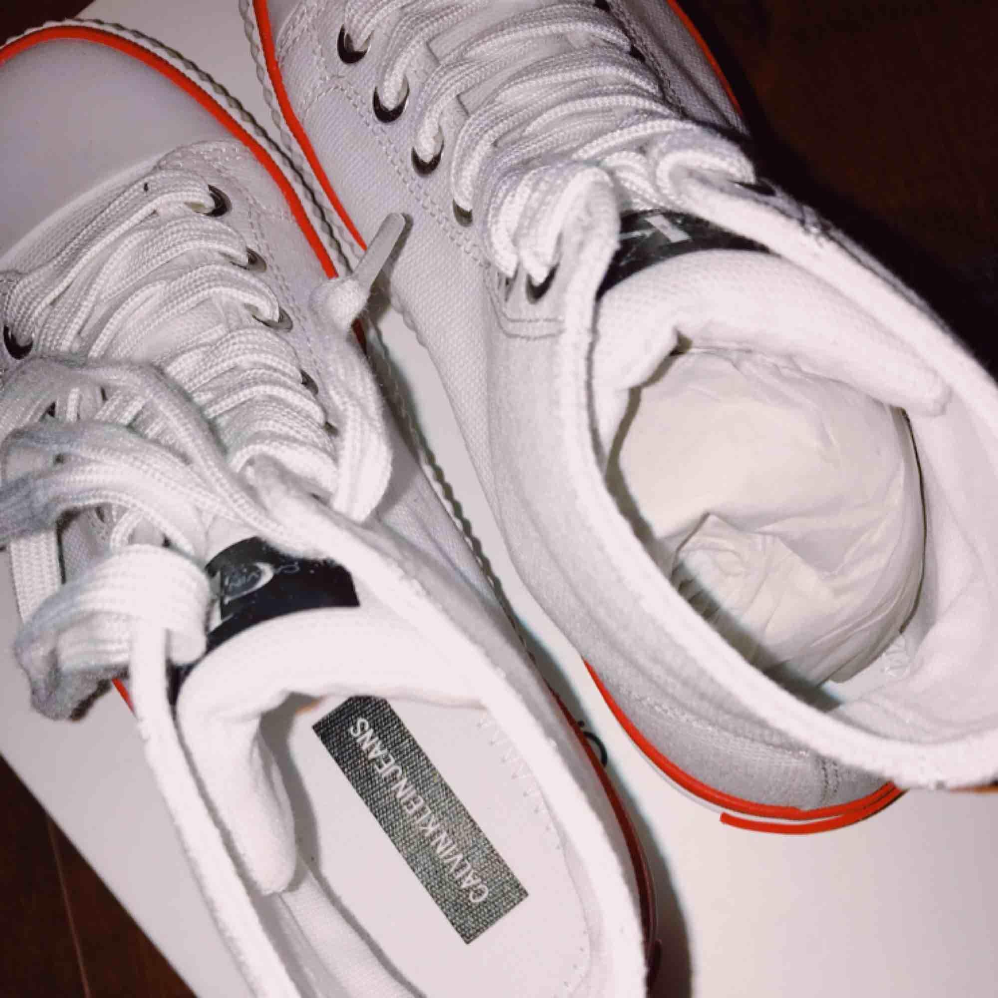 Säljer ett par helt oanvända, endast provade Calvin Klein skor storlek 36. Nypris 950kr, säljer för 650 kr med lådan inkluderad i priset.  Finns att hämta i Skellefteå annars står köparen för frakt. Ligger även uppe på andra sidor.. Skor.