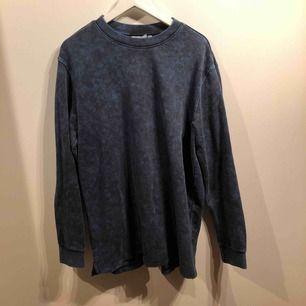 Blå sweatshirt från weekday i stl M. Använd 1 gång